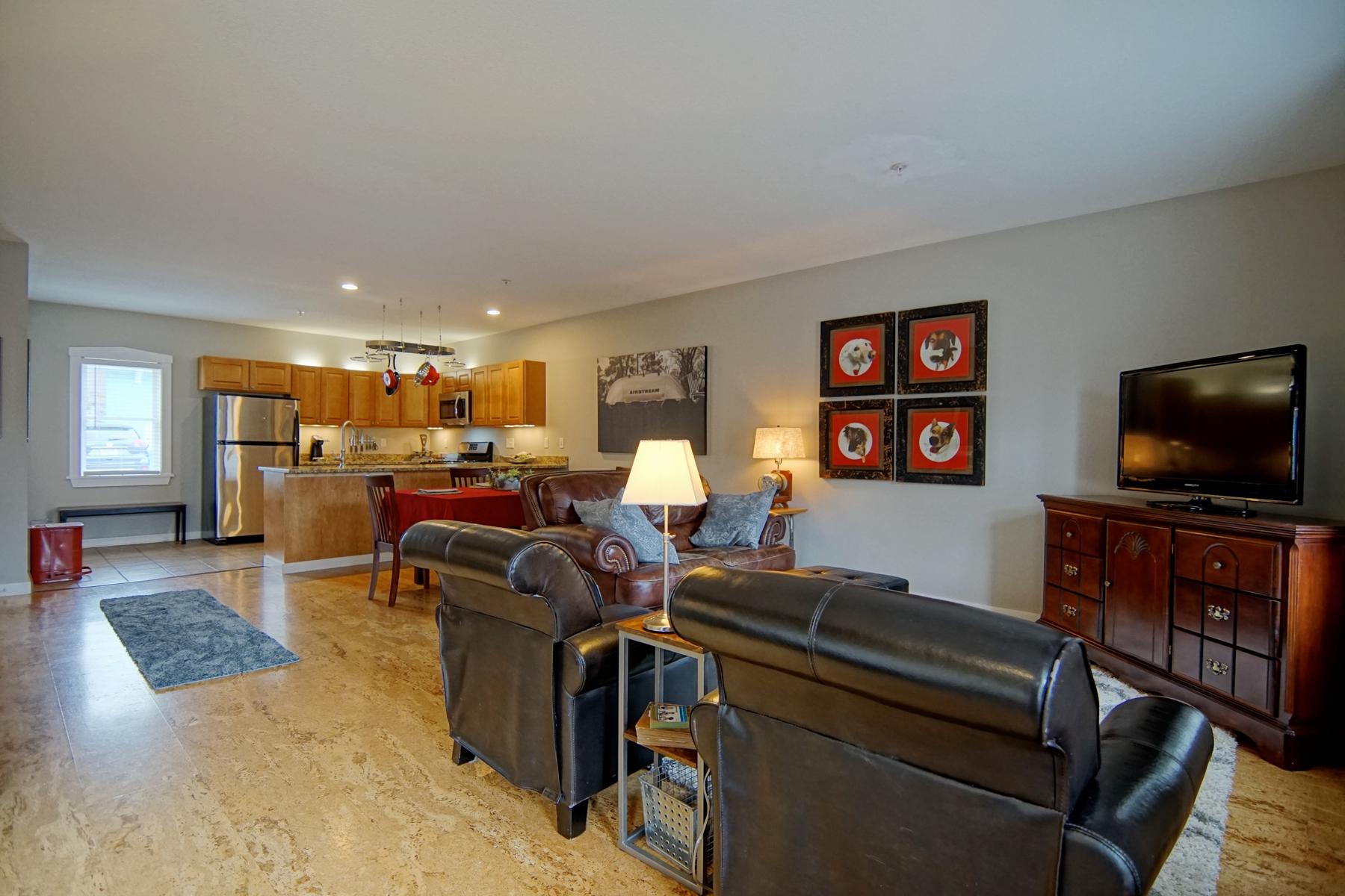 共管式独立产权公寓 为 销售 在 Oversized, Renovated Downtown Condominium with Parking and Storage 621 Islington Street, Unit D 朴茨茅斯, 新罕布什尔州 03801 美国