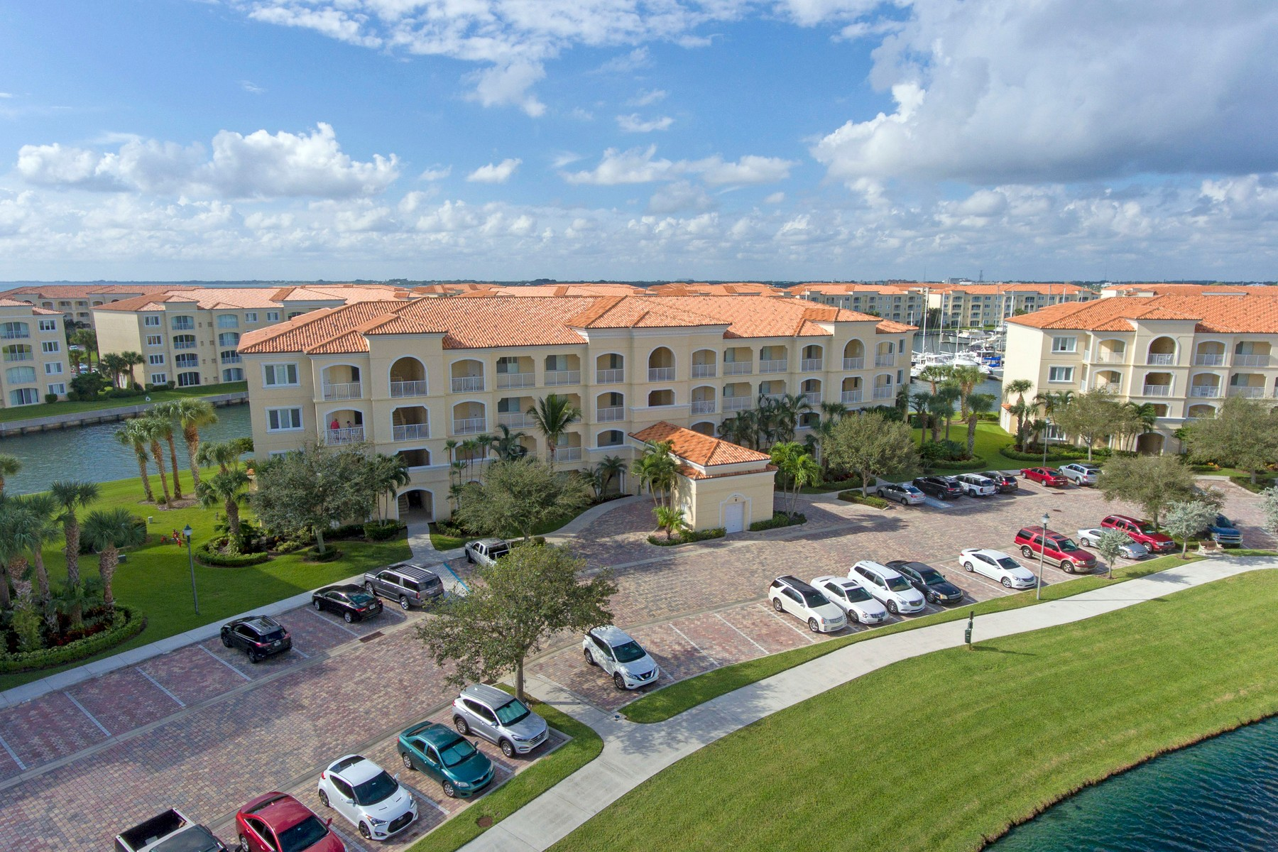 Additional photo for property listing at Penthouse Corner Unit Overlooking Harbour Isle's Prestigious Marina of Yachts 8 Harbour Isle Drive #PH06 Fort Pierce, Florida 34949 United States