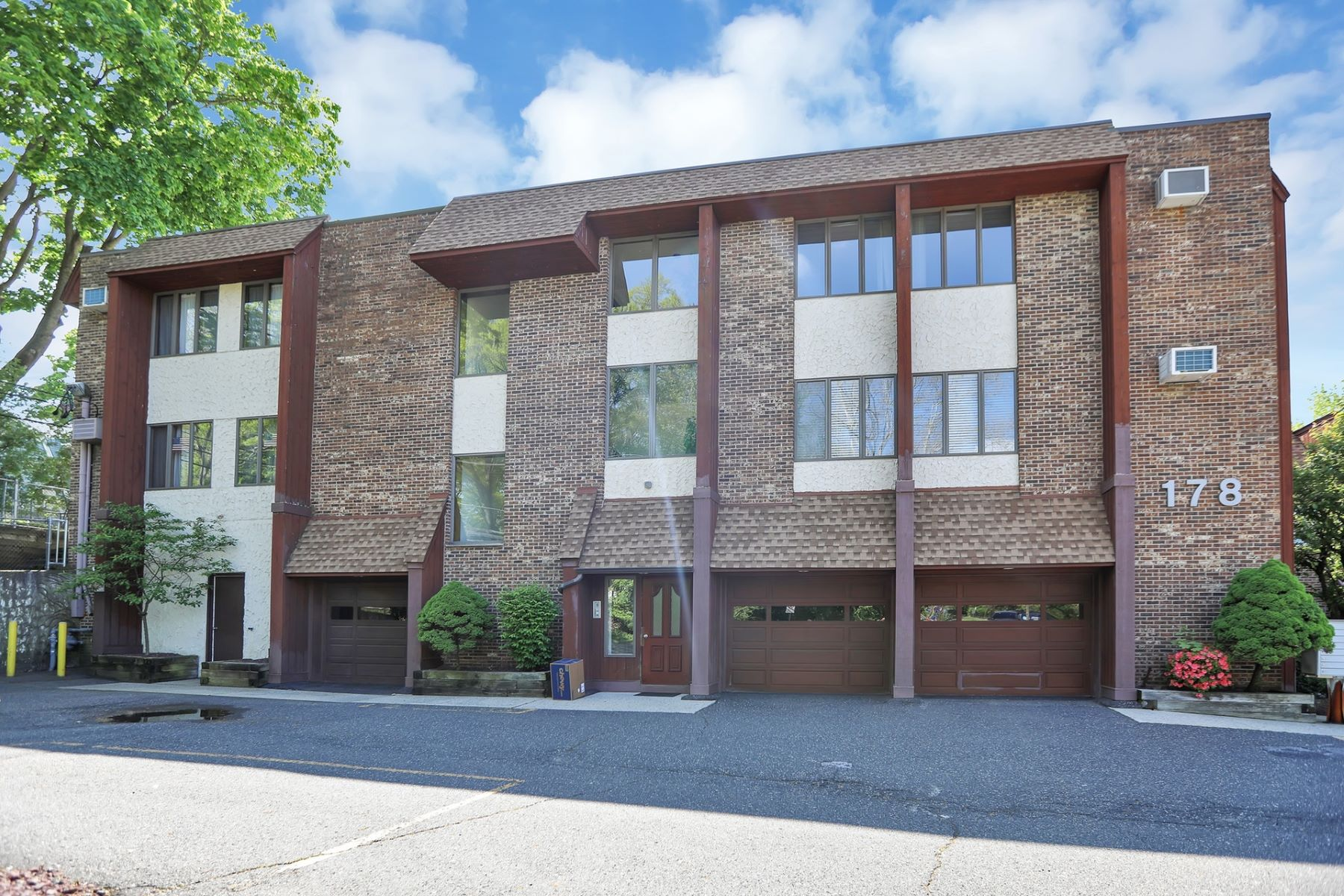 Condominiums por un Venta en Hirschfield Estates 178 River Road New Milford, Nueva Jersey 07646 Estados Unidos