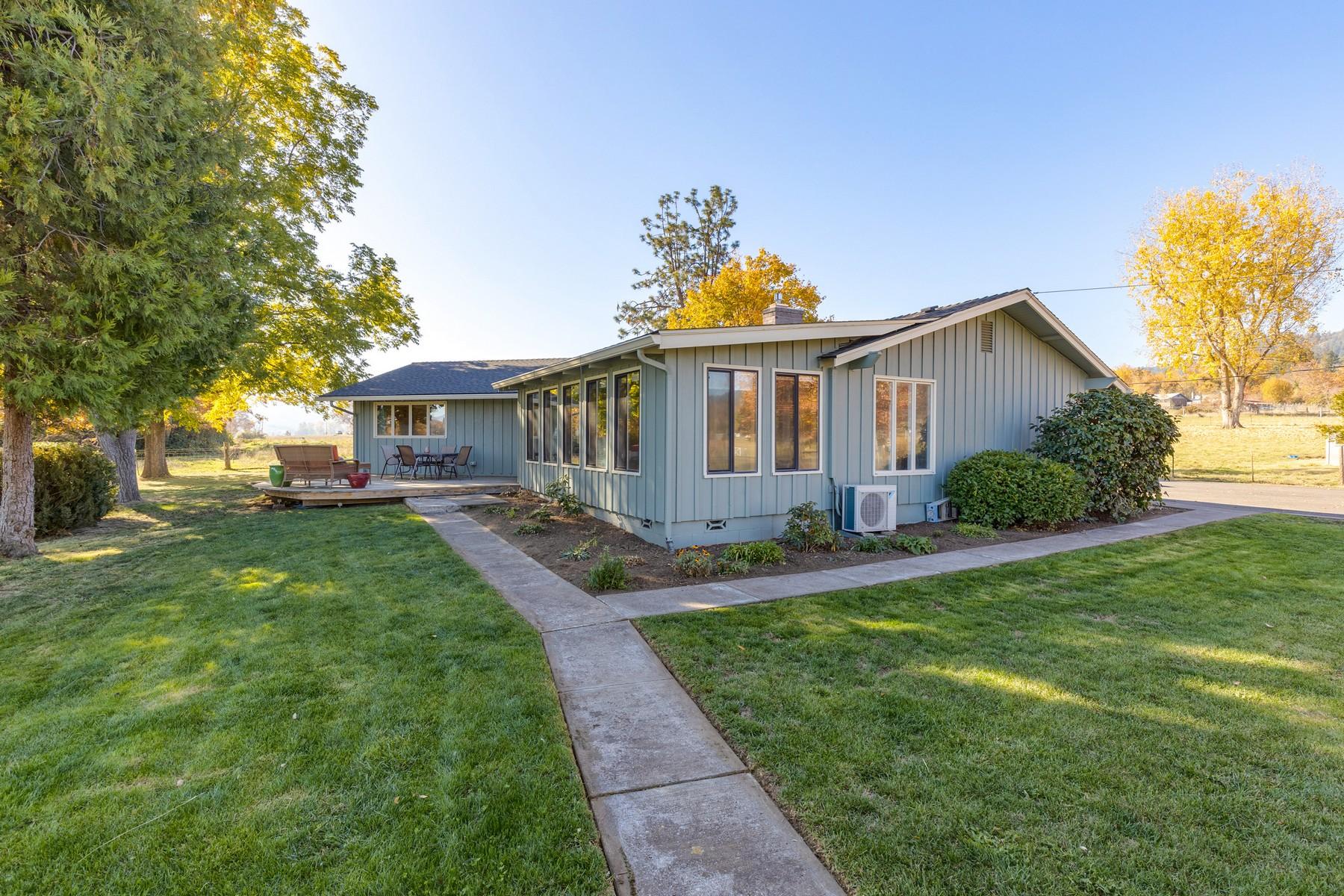 Single Family Homes pour l Vente à Country Setting Minutes to Town - Medford, OR 3195 Ross Lane, Medford, Oregon 97530 États-Unis