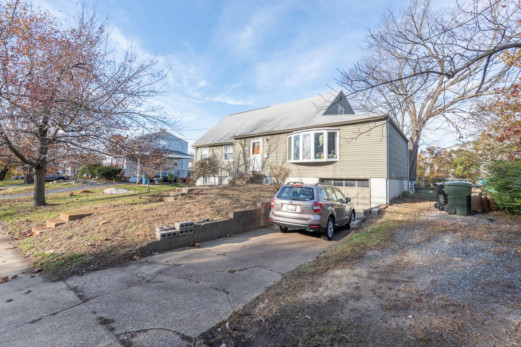 Single Family Homes pour l Vente à 329 Middle Rd, Hazlet 329 Middle Road, Hazlet, New Jersey 07730 États-Unis