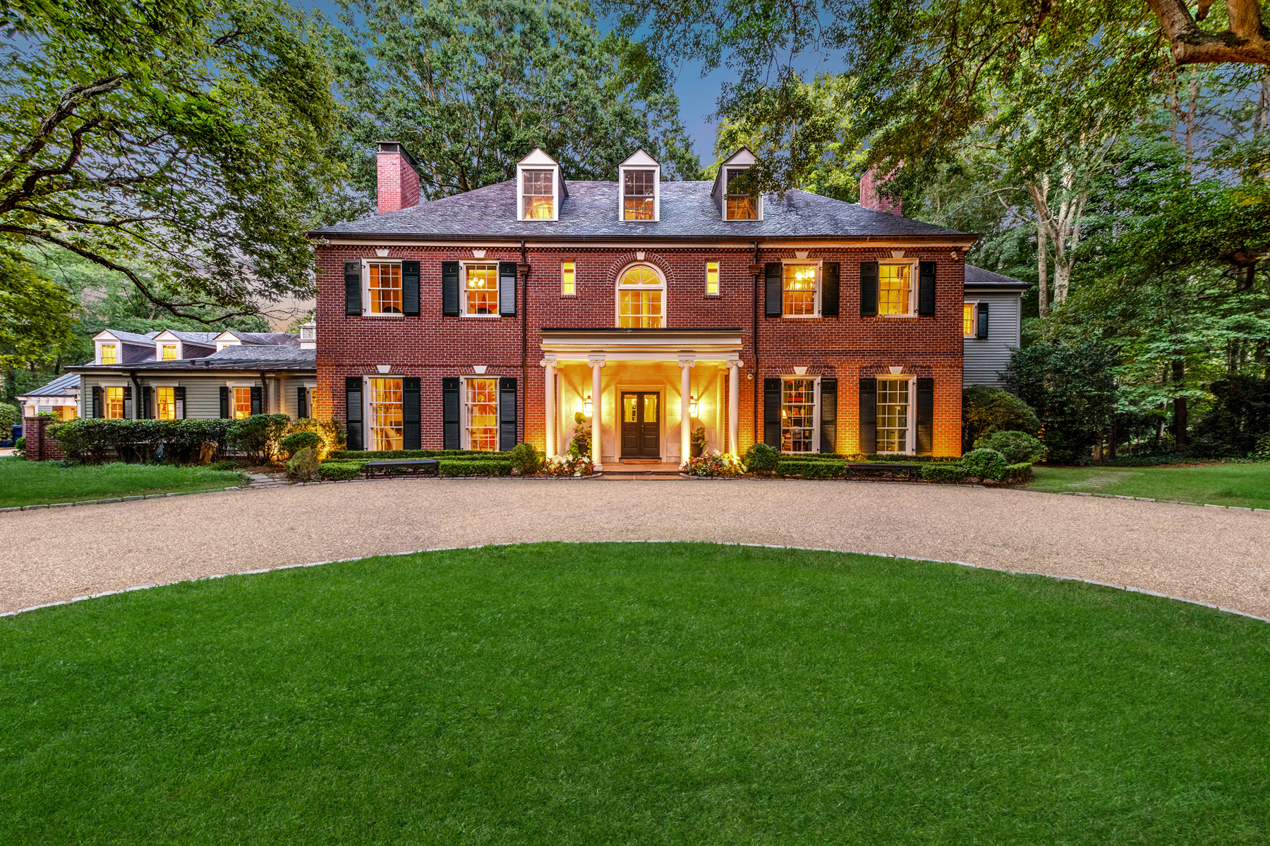 Single Family Homes のために 売買 アット Stunning 1930s Georgian Brick Beauty 2645 Howell Mill Road Atlanta, ジョージア 30327 アメリカ