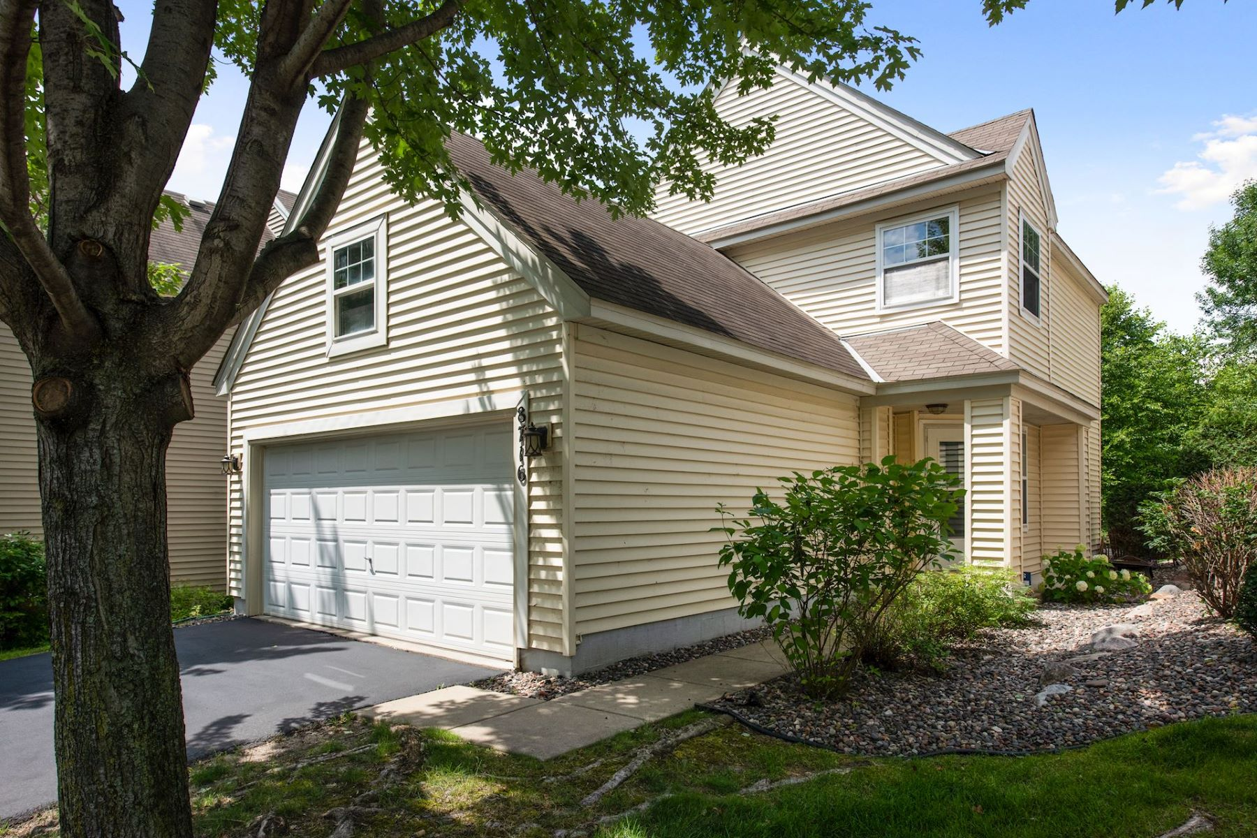 townhouses للـ Sale في Highly Desired Detached Townhouse with Lake Riley Assoc. Access 8716 North Bay Drive, Chanhassen, Minnesota 55317 United States