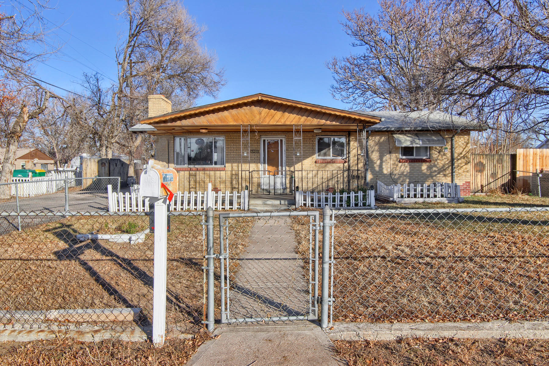 Single Family Home for Active at Let your imagination run wild in this 1970 ranch-style home! 6901 E 64th Ave Commerce City, Colorado 80022 United States