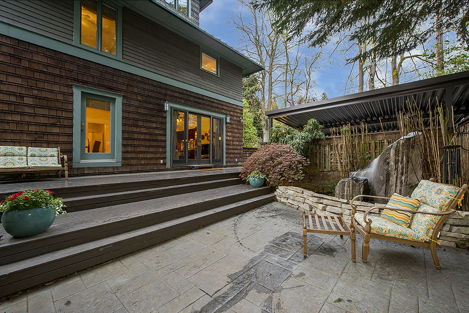 Additional photo for property listing at 1065 E Howe St  Seattle, Washington 98102 United States