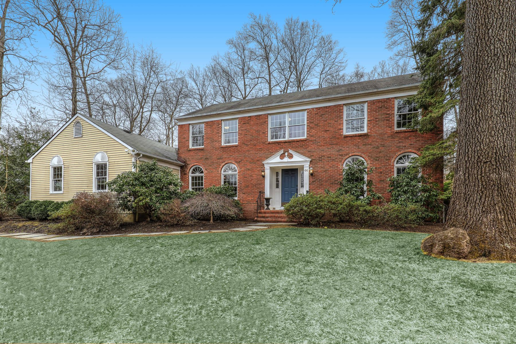 Single Family Homes 為 出售 在 Inviting Center Hall Colonial 44 Summit Drive, Basking Ridge, 新澤西州 07920 美國