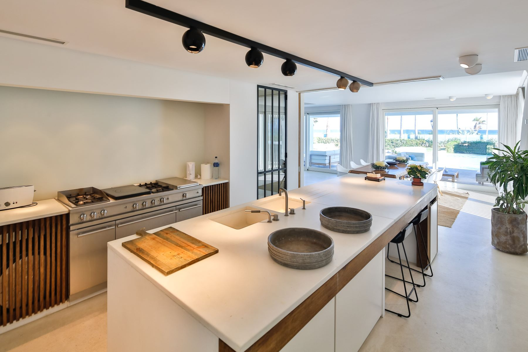 Additional photo for property listing at Extraordinary frontline beach home in Marbella Golden Mile Rio Verde Playa Marbella, Andalucia 29660 Spain