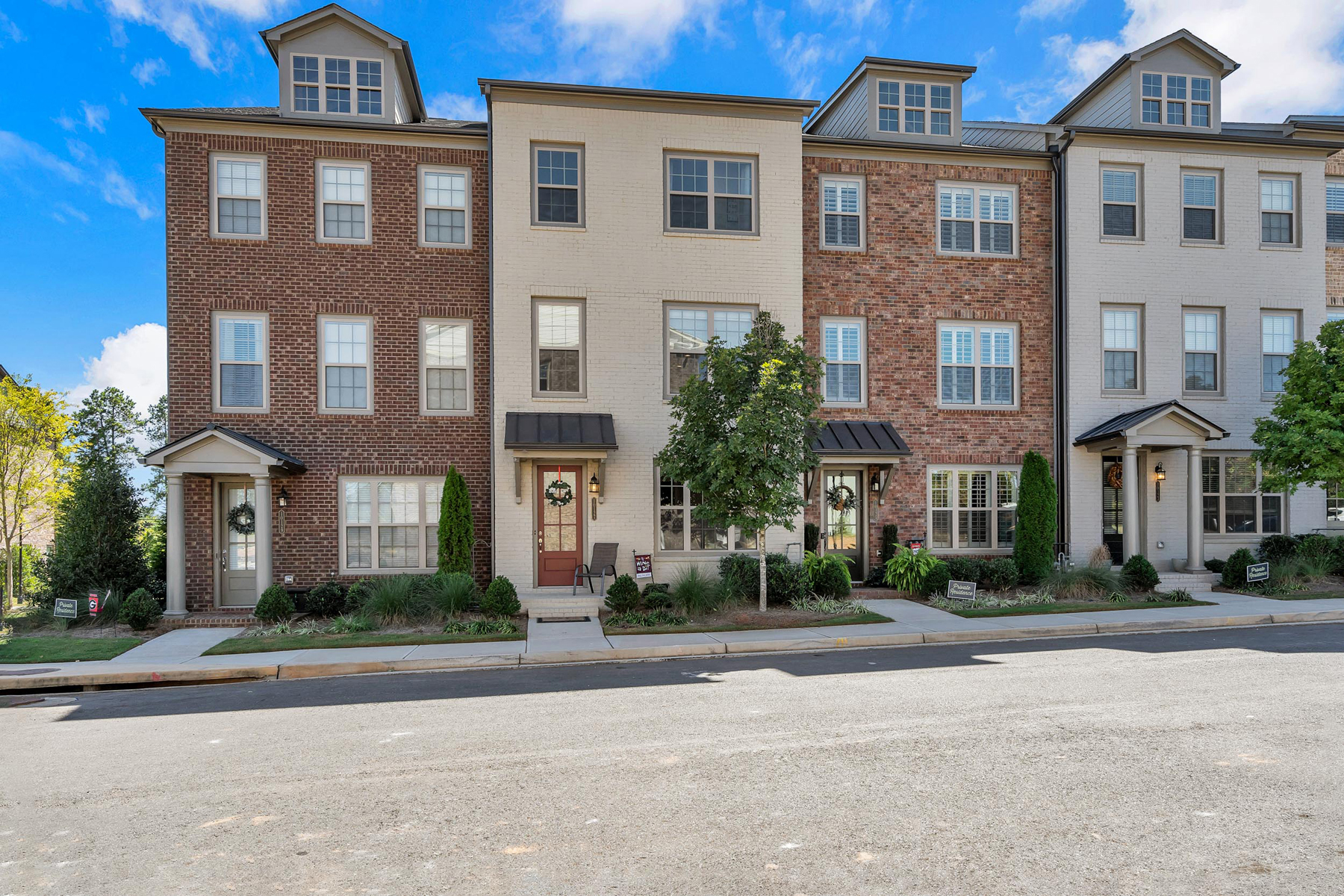townhouses のために 売買 アット Charleston Inspired Townhome with Resort-Like Amenities 10127 Windalier Way, Roswell, ジョージア 30076 アメリカ
