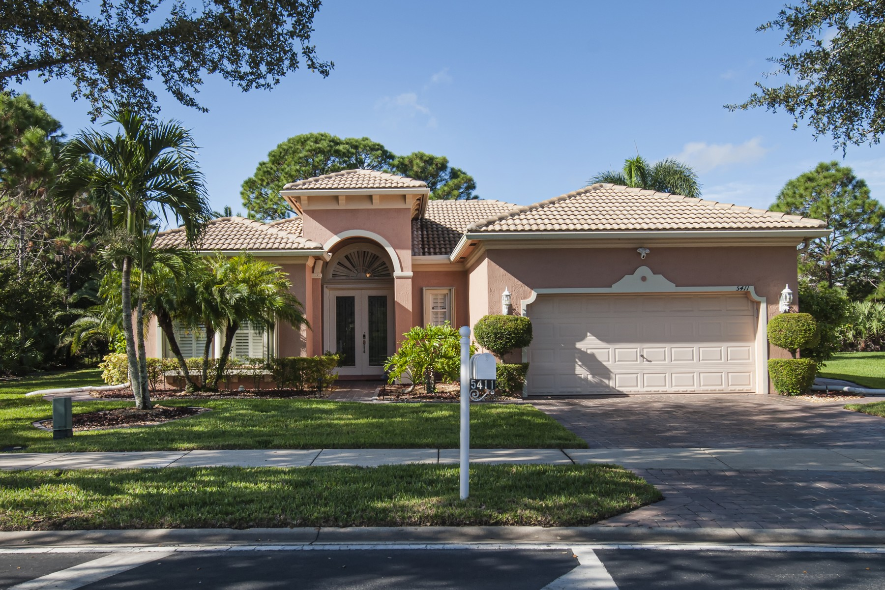 Property için Satış at Lakefront Home in Gated Community 5411 Place Lake Drive Fort Pierce, Florida 34951 Amerika Birleşik Devletleri