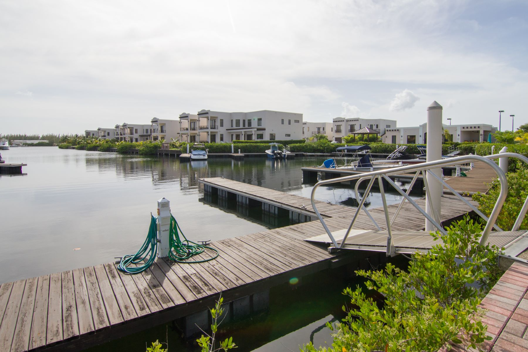 Additional photo for property listing at Cypress Pointe Canal Front Crystal Harbour, Gran Caimán Islas Caimán