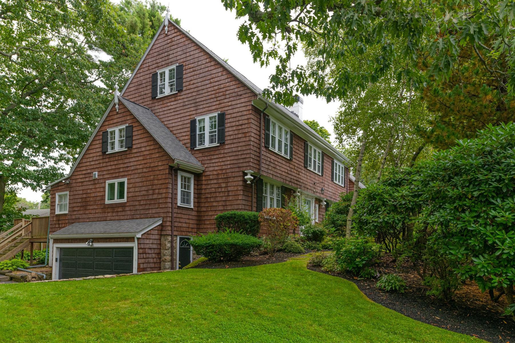 Single Family Homes pour l Vente à Classic Center Entrance Colonial 3 Beverly Road Swampscott, Massachusetts 01907 États-Unis