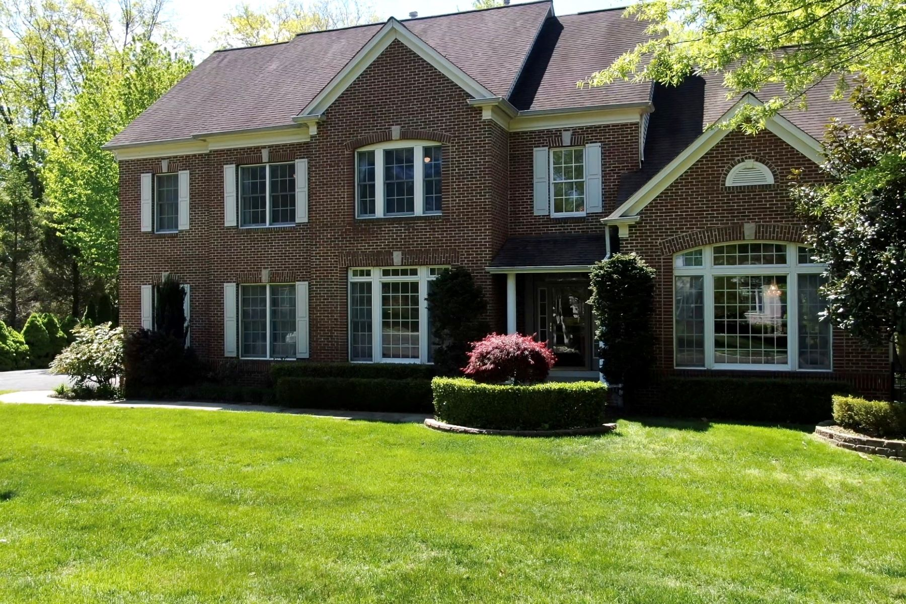 Single Family Homes por un Venta en Privacy is a new luxury! 12 Cinnamon Court Holmdel, Nueva Jersey 07733 Estados Unidos