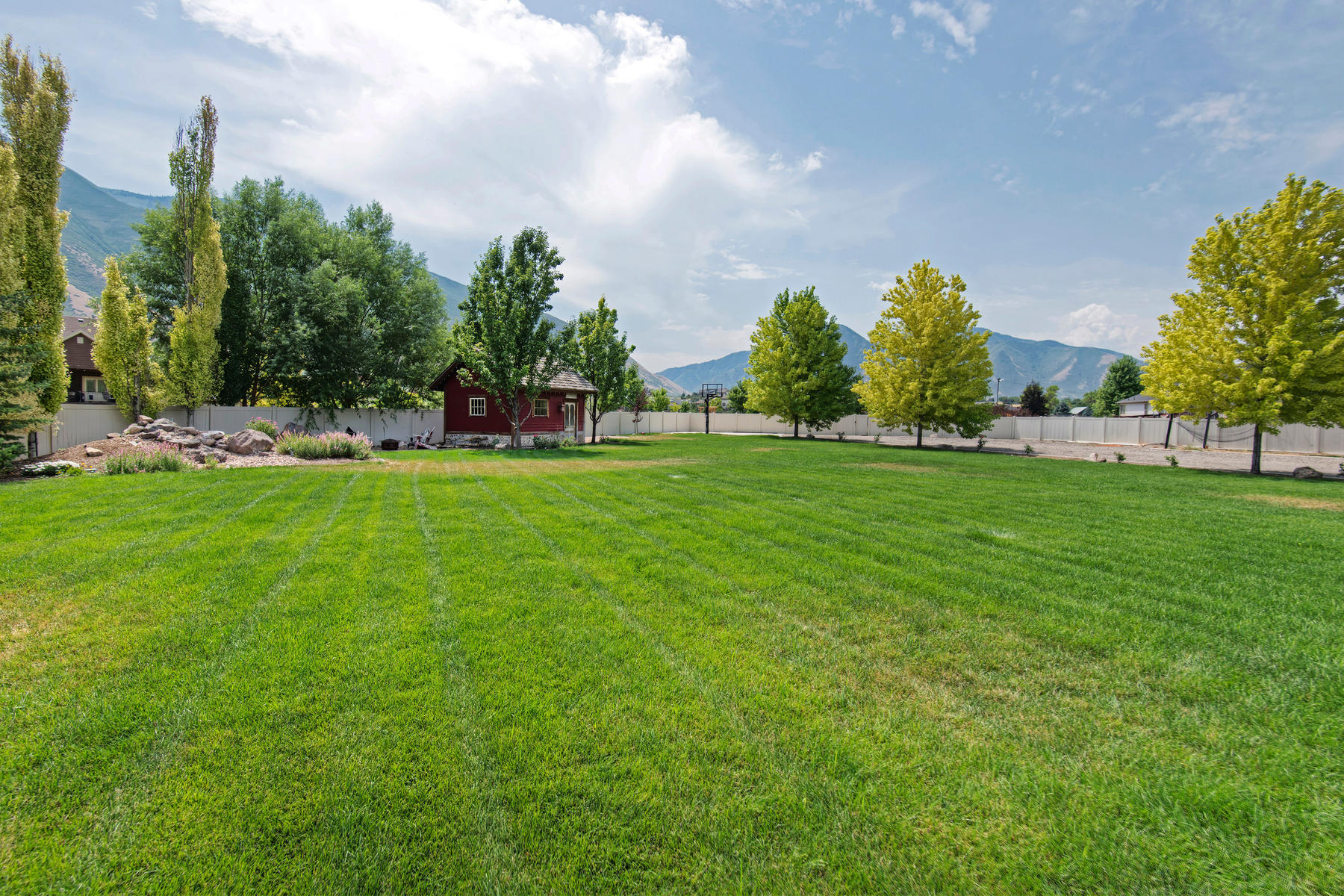 Additional photo for property listing at Beautiful Home With a Large Detached Garage in Mapleton 679 W Monta Vista Dr Mapleton, Utah 84664 United States