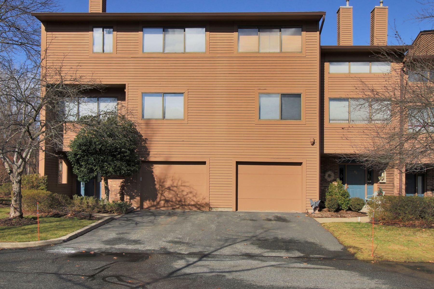 联栋屋 为 销售 在 Well Maintained End Unit 41 Lexington Court Washington Commons Township Of Washington, 新泽西州 07676 美国