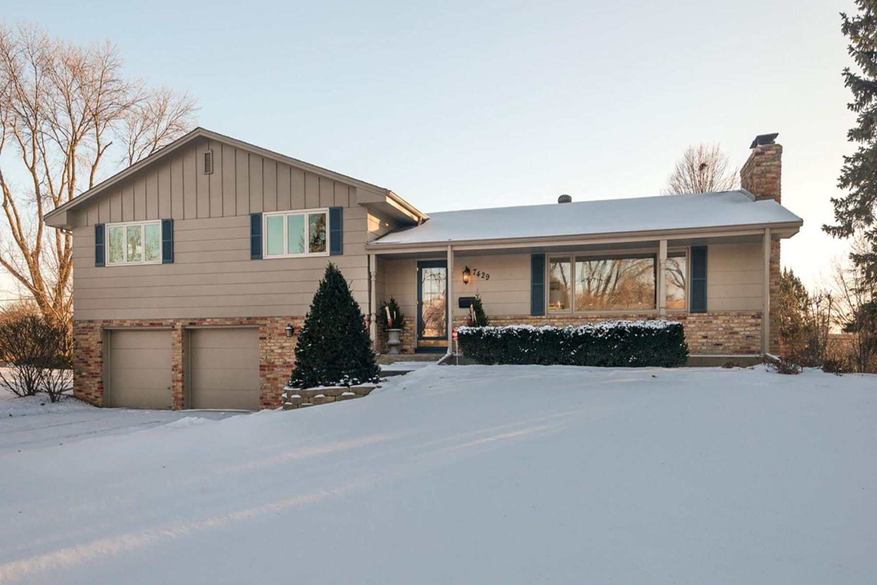 独户住宅 为 销售 在 7429 West Shore Drive, Edina 伊代纳, 明尼苏达州, 55435 美国