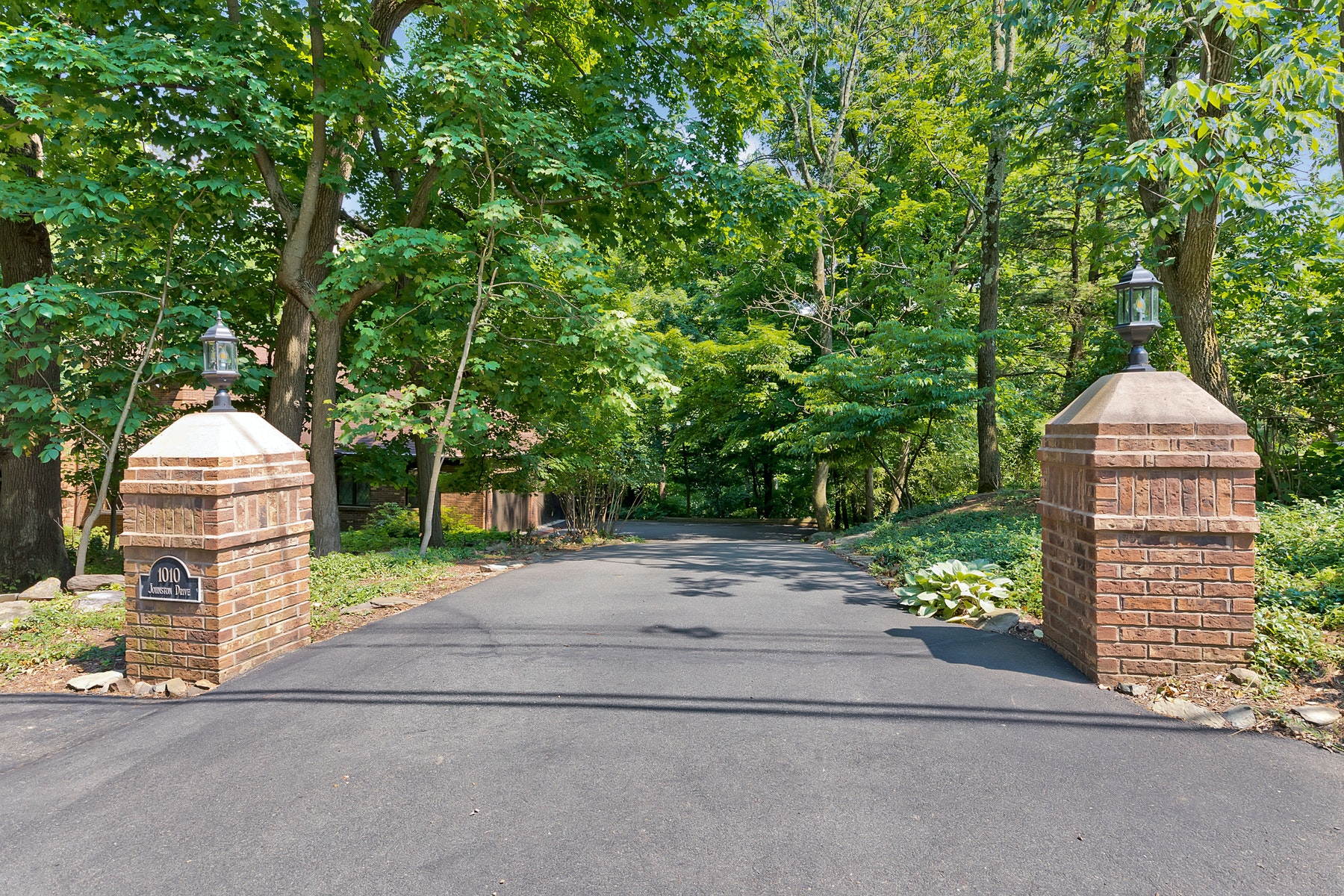 Single Family Homes for Active at Watchung Mountain Ridge with NYC Views 1010 Johnston Drive Watchung, New Jersey 07069 United States