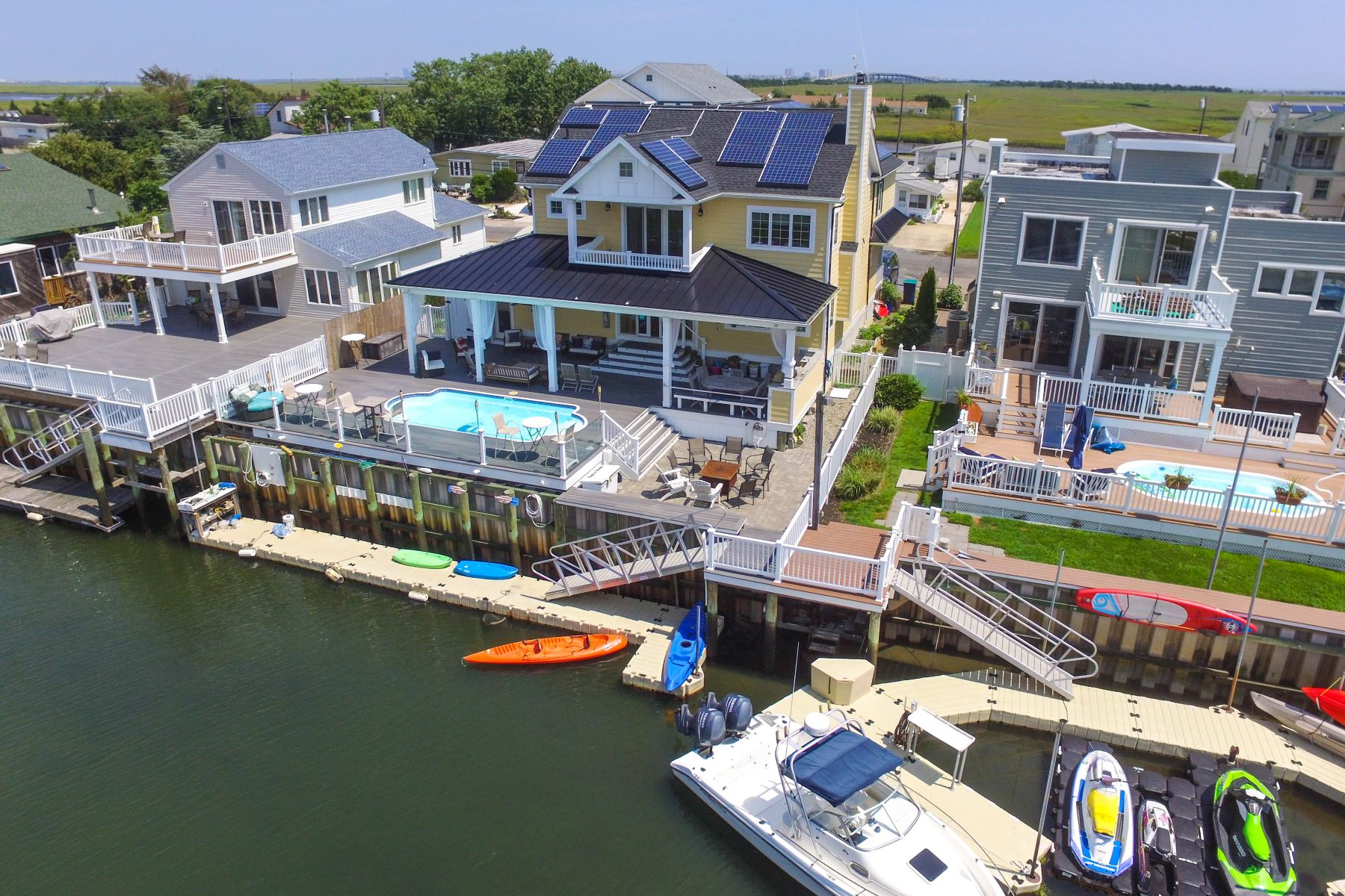 Maison unifamiliale pour l Vente à Luxurious Lagoon Home 8 Point Drive, Somers Point, New Jersey 08244 États-Unis