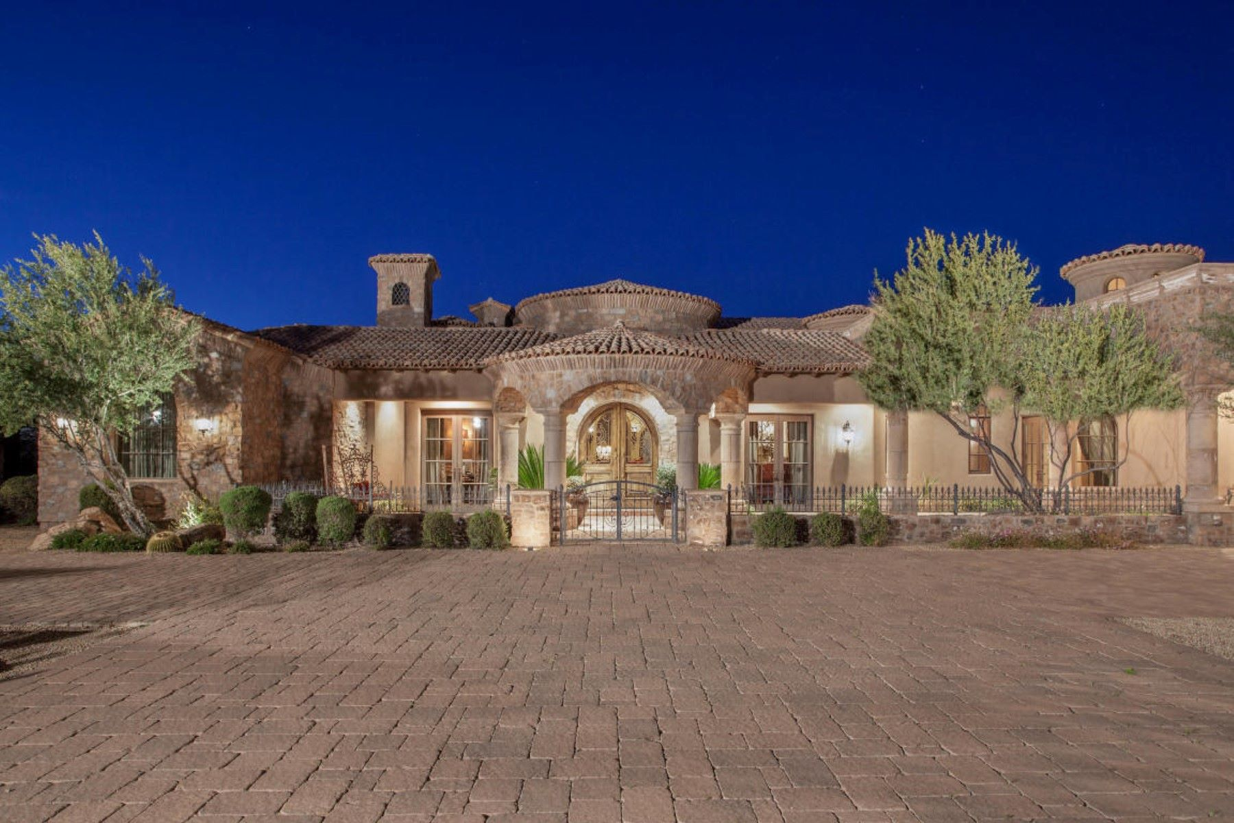 Частный односемейный дом для того Продажа на Incredible sprawling estate situated on acres of beautiful Sonoran Desert 8143 E Stagecoach Pass Scottsdale, Аризона, 85266 Соединенные Штаты