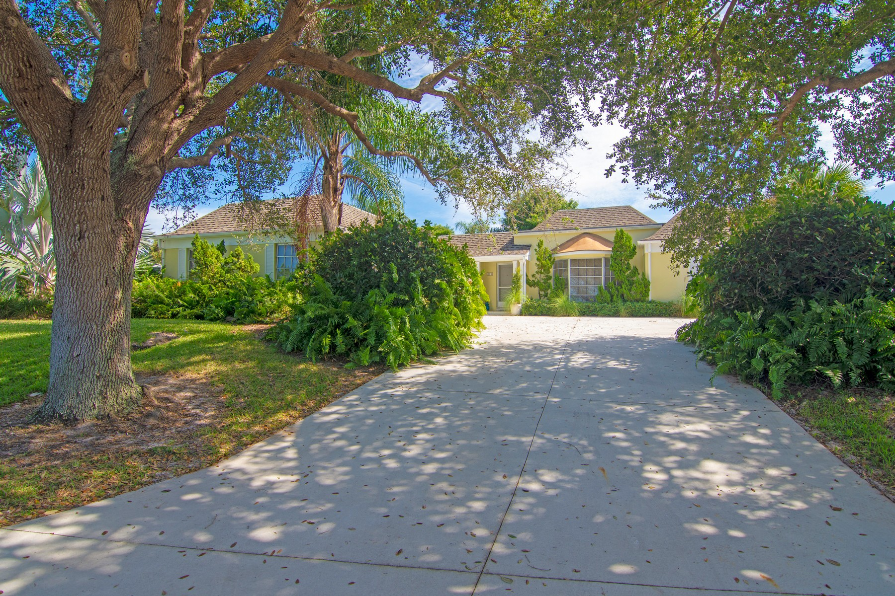 Property pour l Vente à Living That Near the Ocean Life 876 Norfolk Pine Lane Vero Beach, Floride 32963 États-Unis