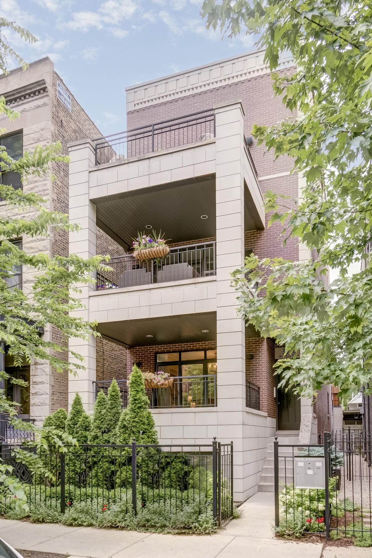 Casa para uma família para Venda às Spacious Four Bedroom Duplex 3226 N Clifton Unit 1 Chicago, Illinois, 60657 Estados Unidos