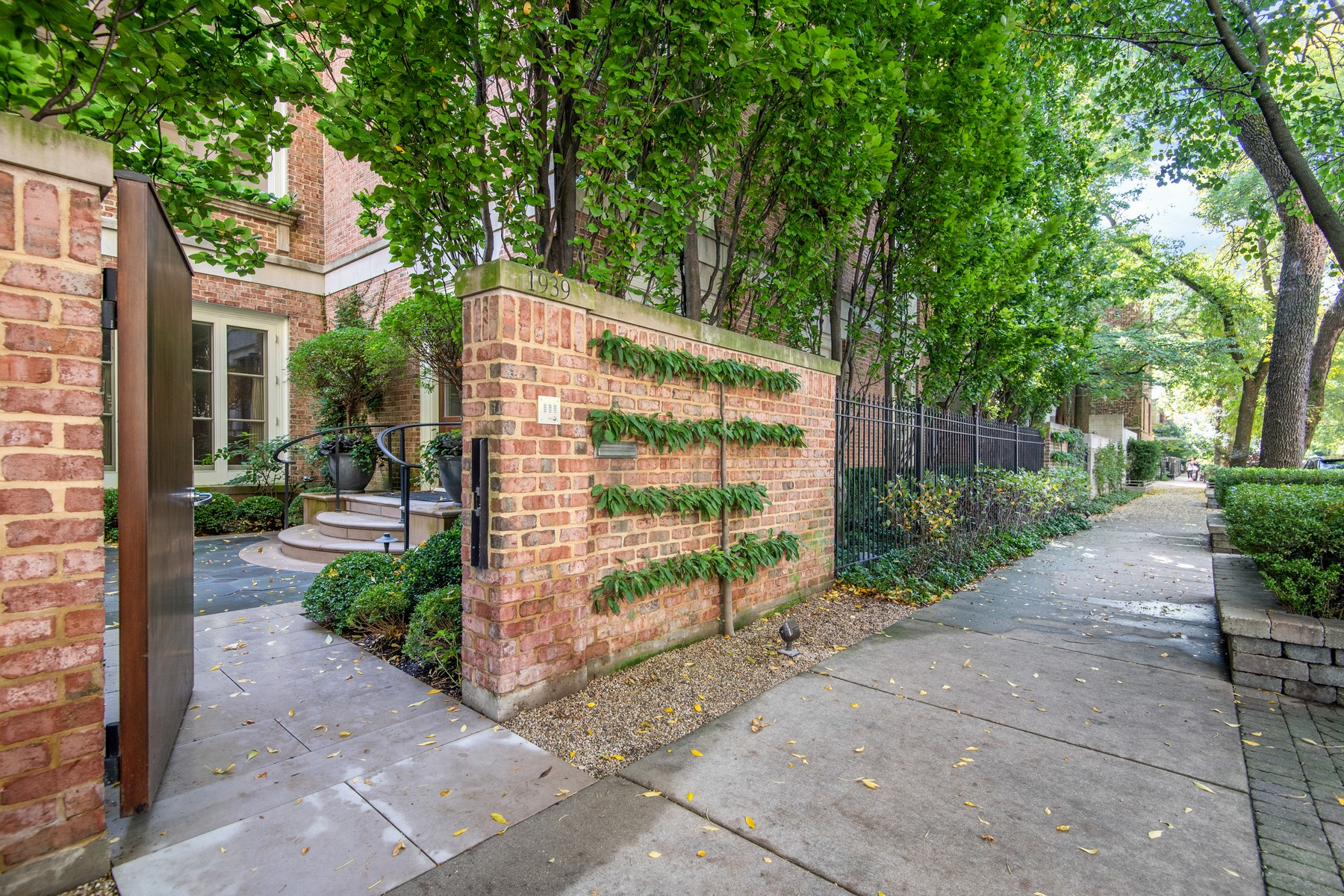 Single Family Home for Sale at Sprawling Lincoln Park Estate 1939 N Howe Street Chicago, Illinois 60614 United States