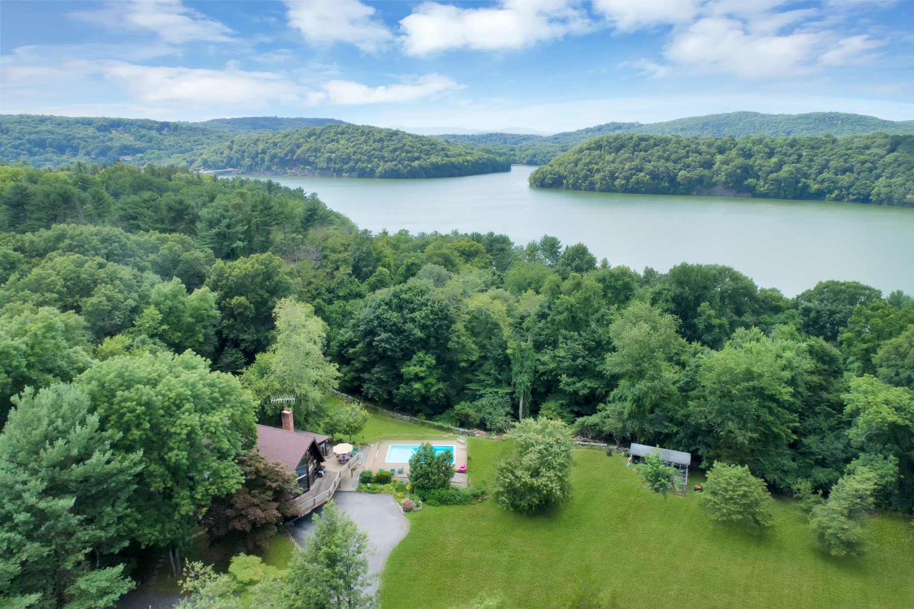 Single Family Homes 為 出售 在 Genuine Country Retreat 5 Croton Lake Road, Croton On Hudson, 纽约 10520 美國