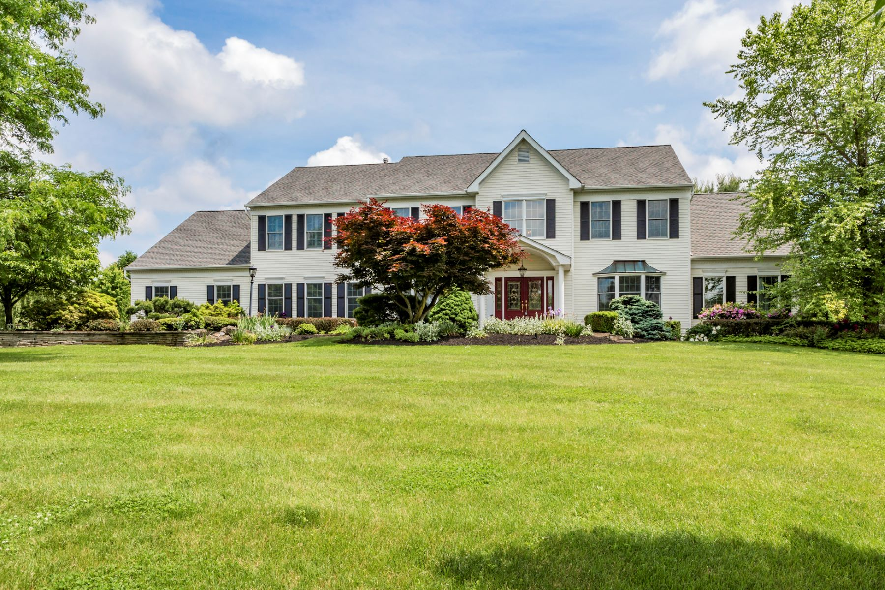 Maison unifamiliale pour l Vente à Setting The Stage For Summer Weekends 9 Silverthorn Lane, Belle Mead, New Jersey 08502 États-UnisDans/Autour: Montgomery Township