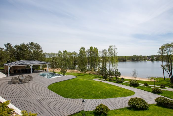 Luxurious Residence On The Shore Of Lake Margis