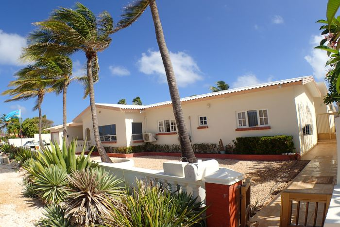 On level Villa infront of the Caribbean Ocean
