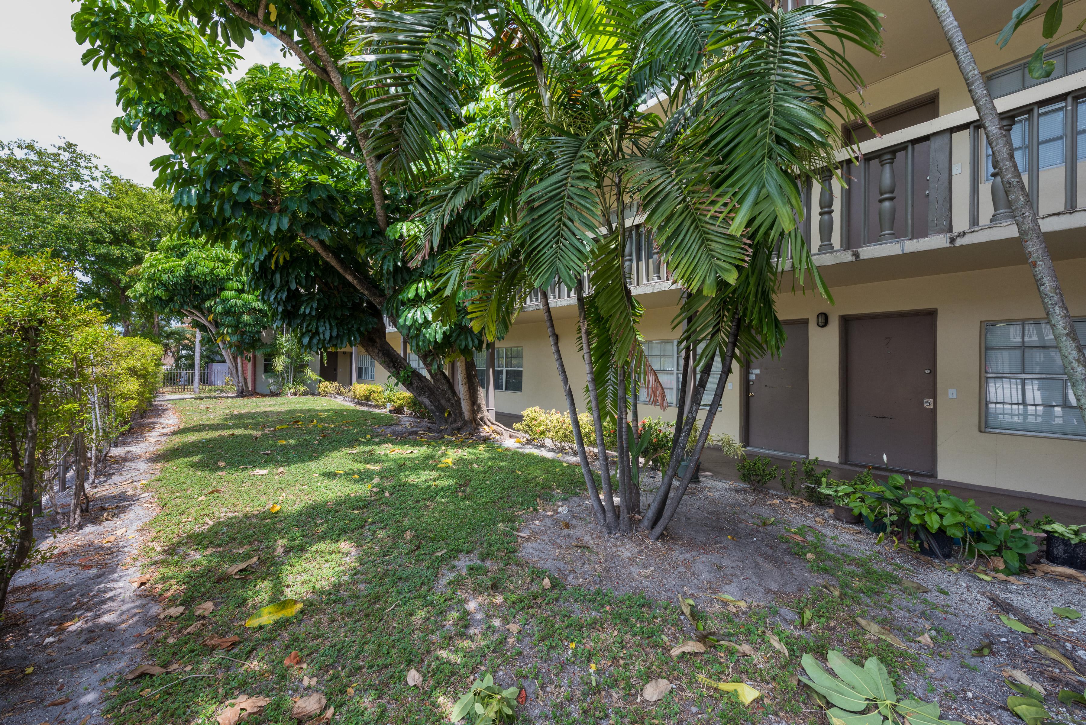Copropriété pour l Vente à 1855 NE 121st St # 7 1855 Ne 121st St 7 North Miami, Florida, 33181 États-Unis