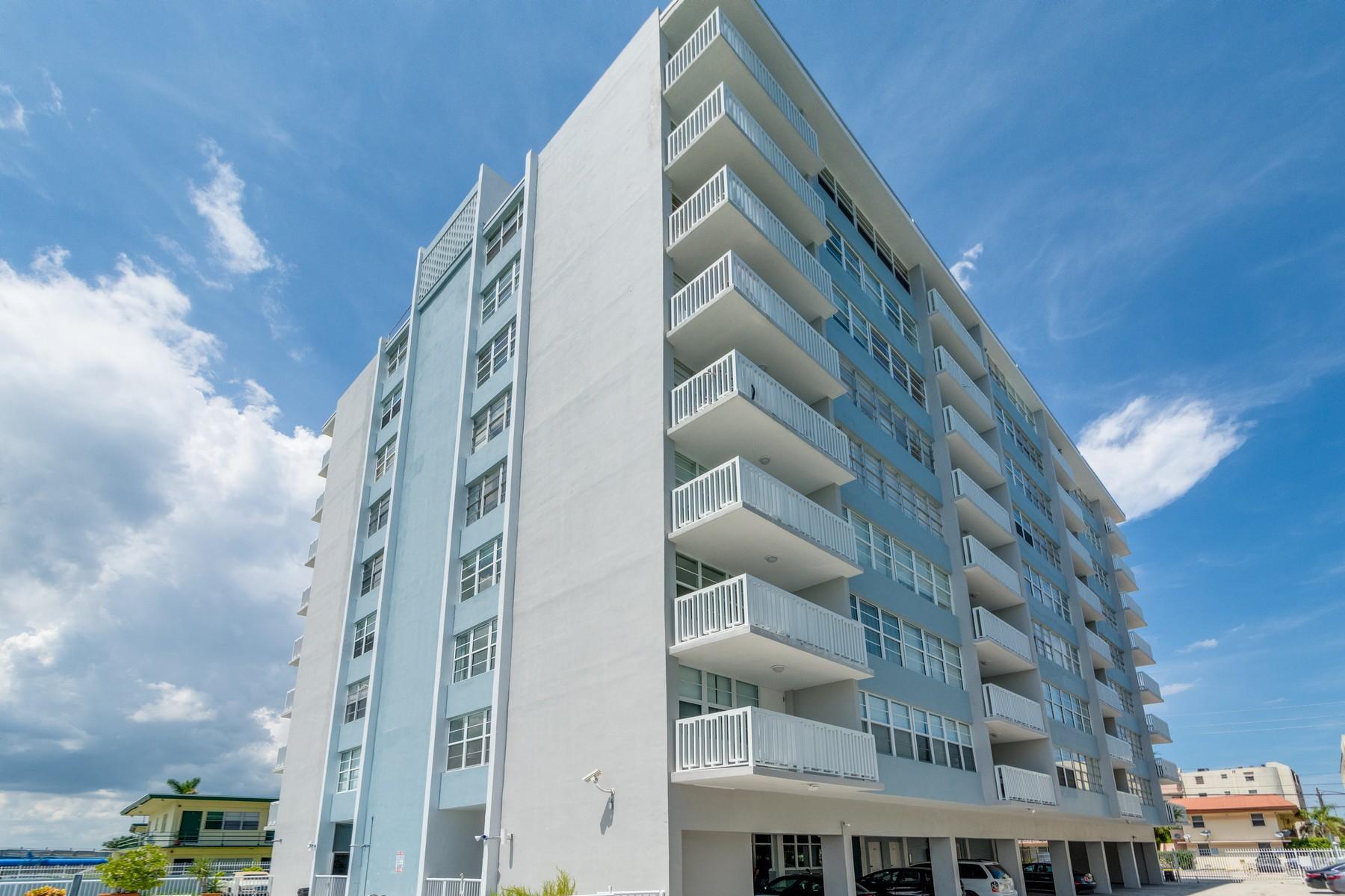 Appartement pour l Vente à 2016 Bay Dr #703 2016 Bay Dr 703 Miami Beach, Florida, 33141 États-Unis