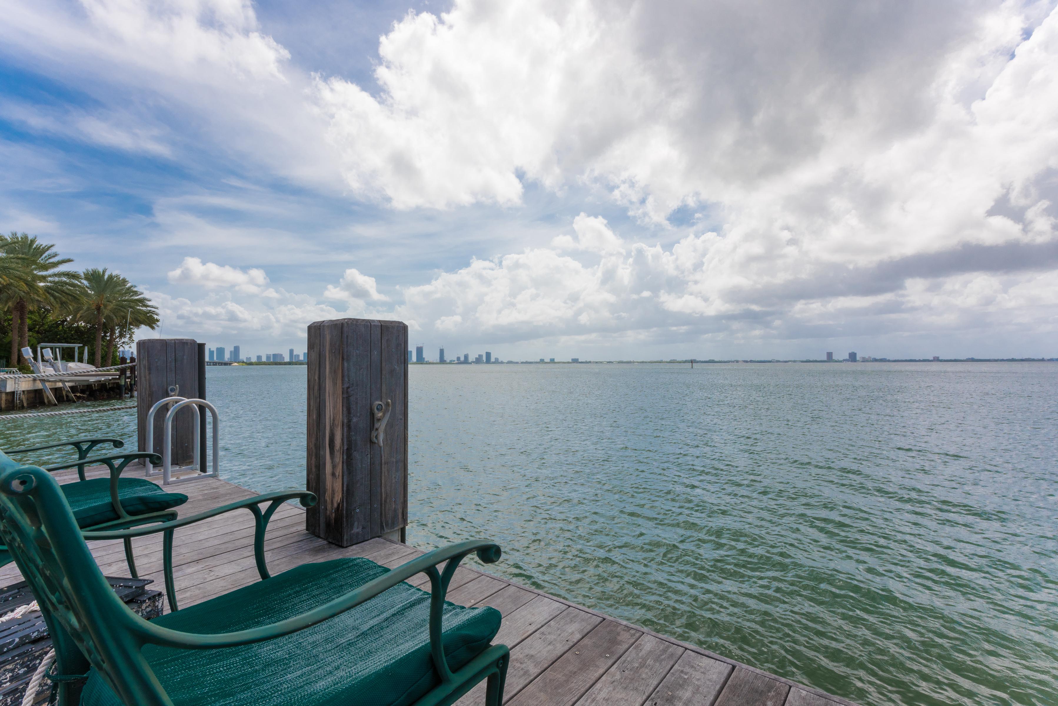 Maison unifamiliale pour l Vente à 4412 N Bay Rd Miami Beach, Florida, 33140 États-Unis