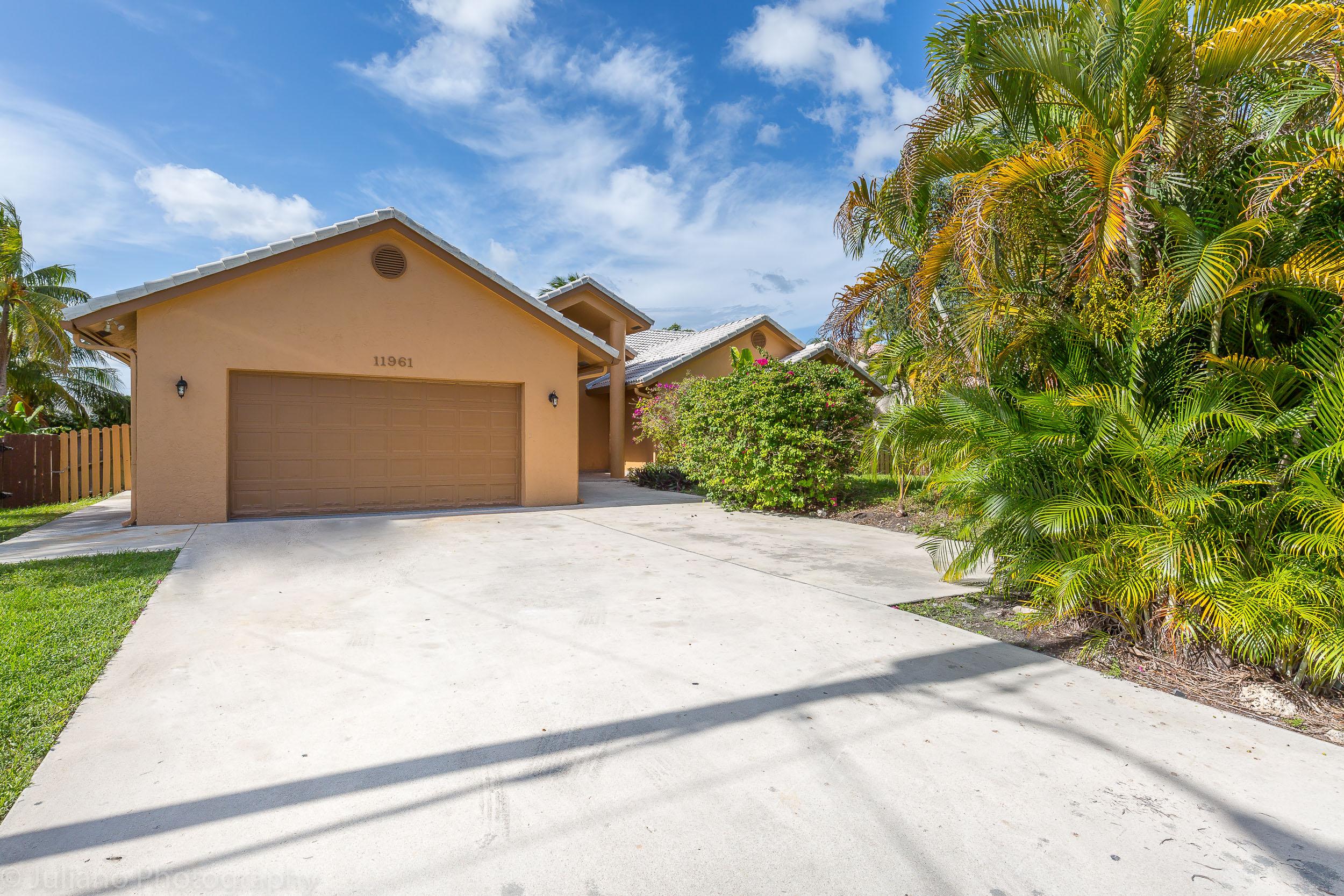 Nhà ở một gia đình vì Bán tại 11961 Nw 24th St Plantation, Florida, 33323 Hoa Kỳ