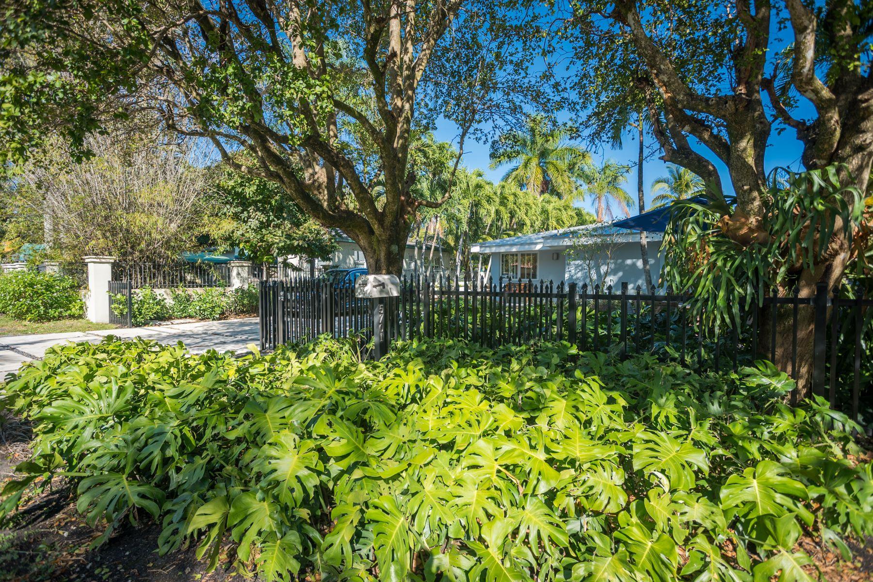Maison unifamiliale pour l Vente à 5701 Sw 83rd St South Miami, Florida, 33143 États-Unis