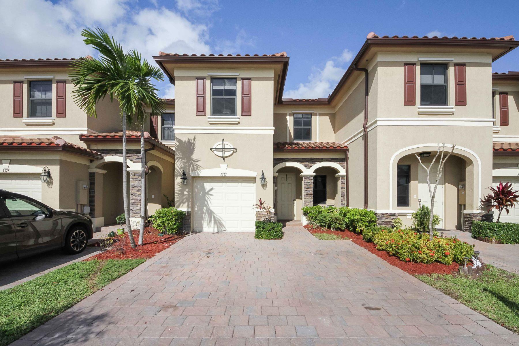 Таунхаус для того Продажа на 3371 W 89th Ter #0 Hialeah, Флорида, 33018 Соединенные Штаты