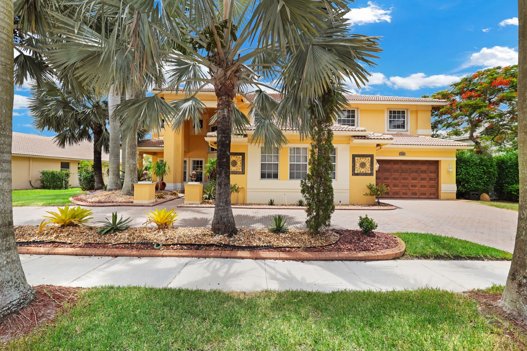 Single Family Homes for Active at 1487 Victoria Isle Dr Weston, Florida 33327 United States