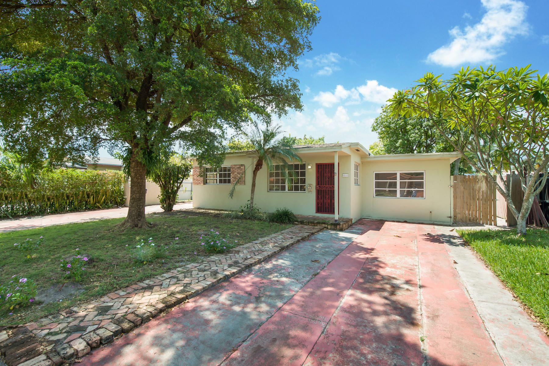 Single Family Homes por un Venta en Virginia Gardens, Florida 33166 Estados Unidos