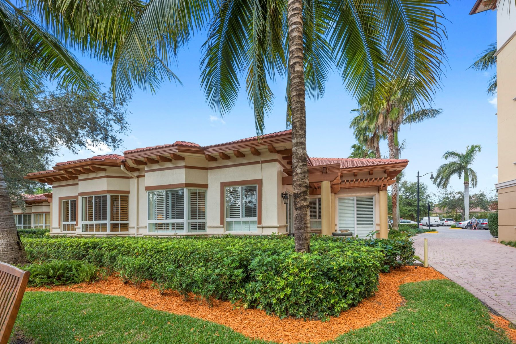 واحد منزل الأسرة للـ Sale في 16133 Emerald Estates Dr Weston, Florida, 33331 United States