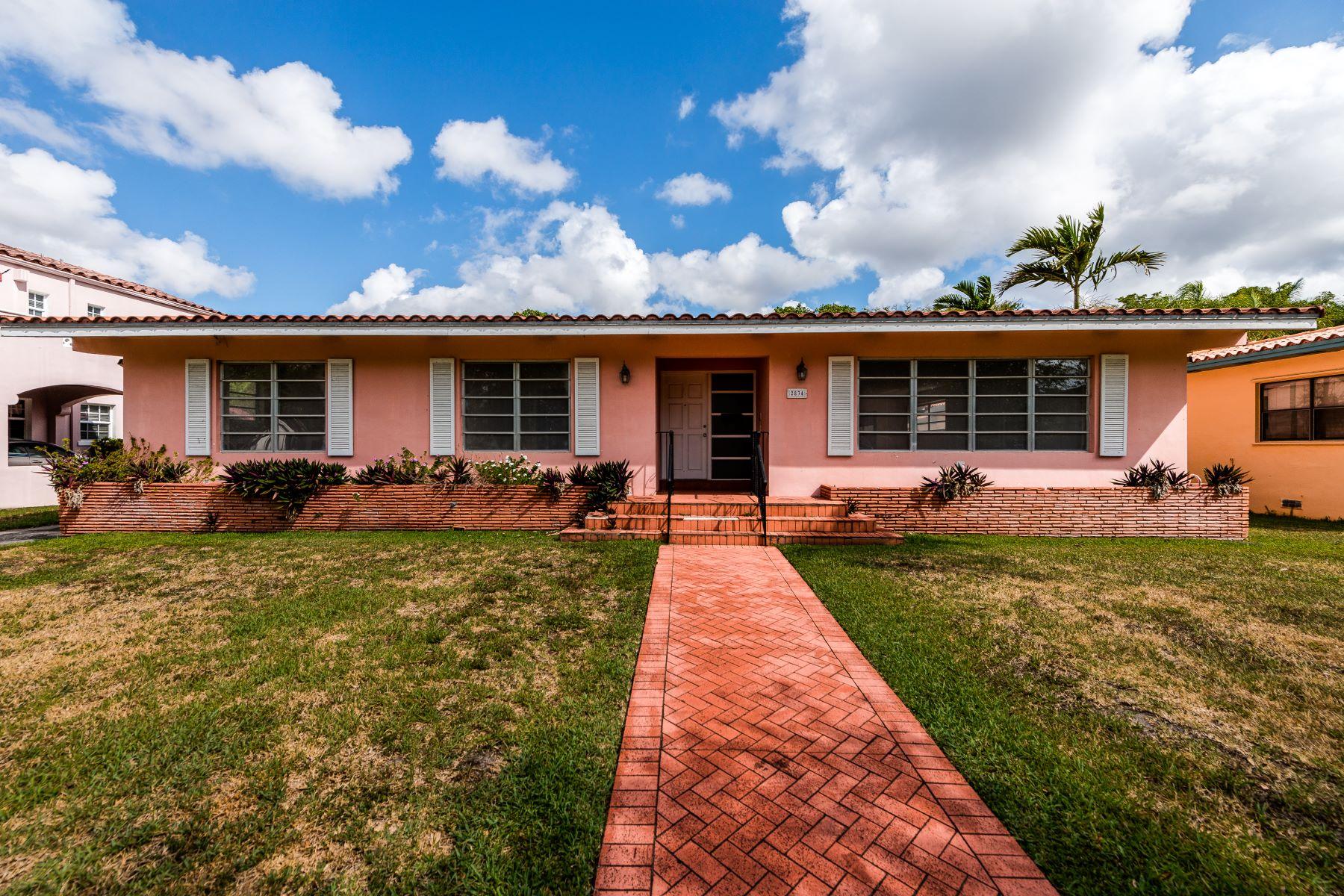 独户住宅 为 销售 在 2834 De Soto Blvd 科勒尔盖布尔斯, 佛罗里达州, 33134 美国