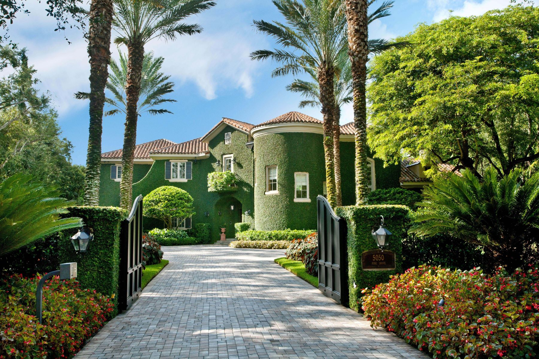 獨棟家庭住宅 為 出售 在 5050 Pine Dr 5050 Pine Dr Miami, 佛羅里達州 33143 美國