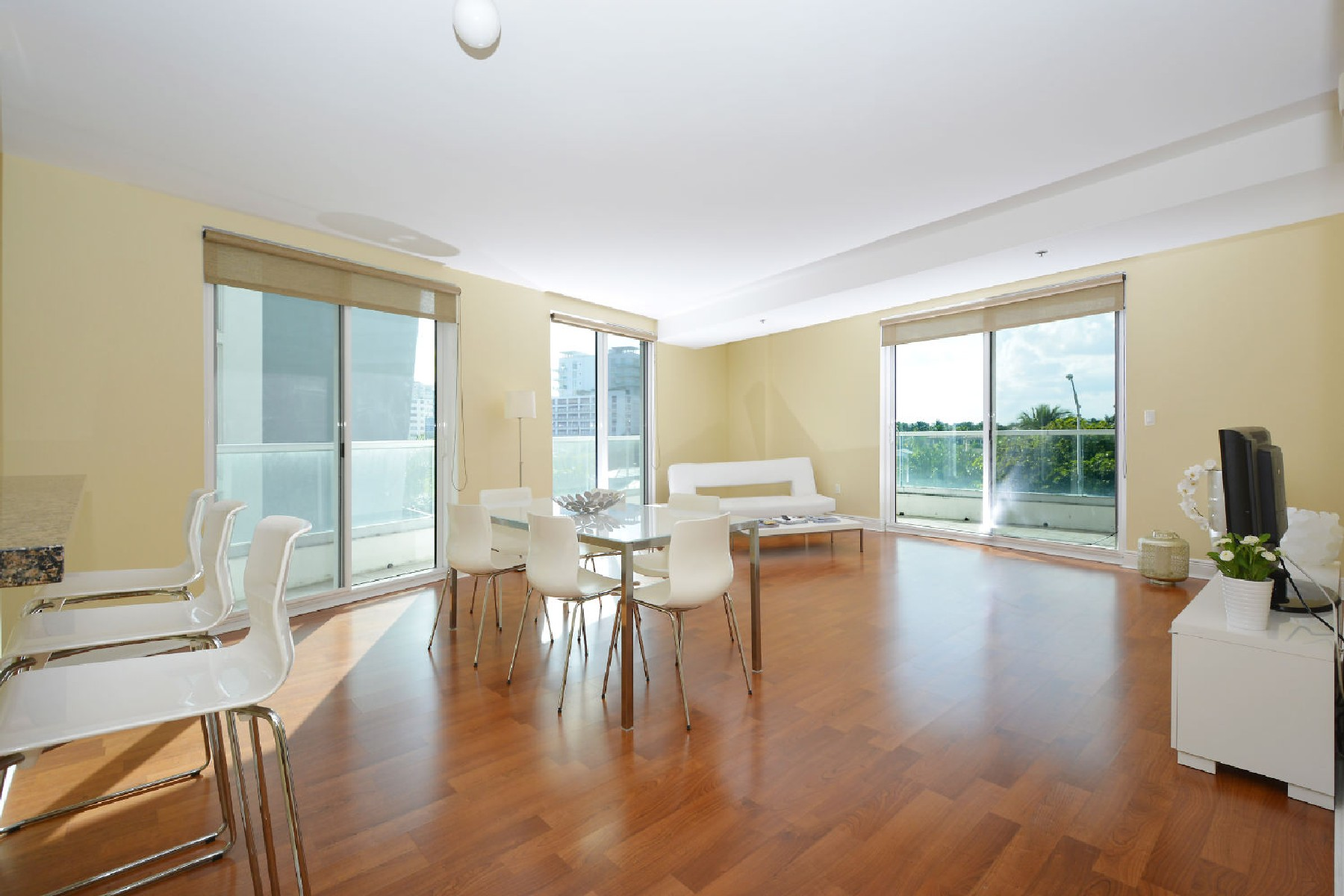 Appartement pour l Vente à 6362 Collins Ave #414 6362 Collins Ave 414 Miami Beach, Florida, 33141 États-Unis