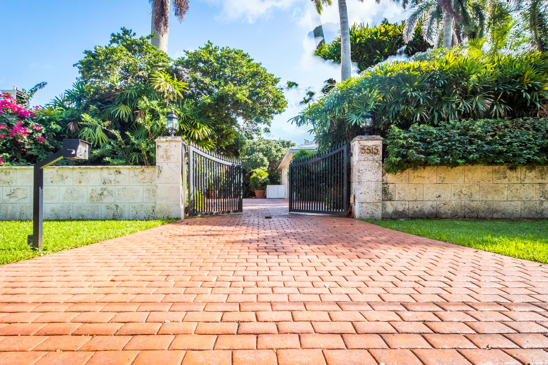 Частный односемейный дом для того Продажа на 5515 Orduna Dr Coral Gables, Флорида, 33146 Соединенные Штаты