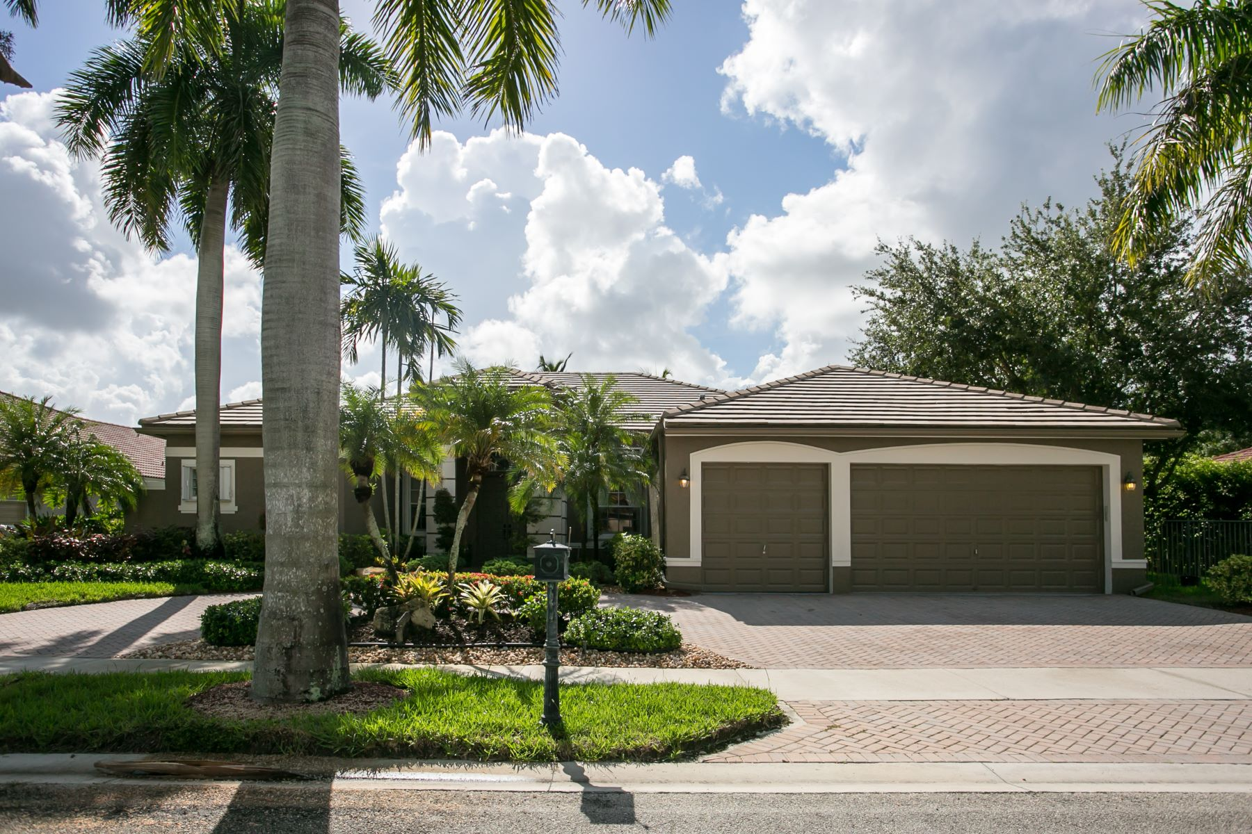 Single Family Homes for Active at 2484 Eagle Run Dr Weston, Florida 33327 United States