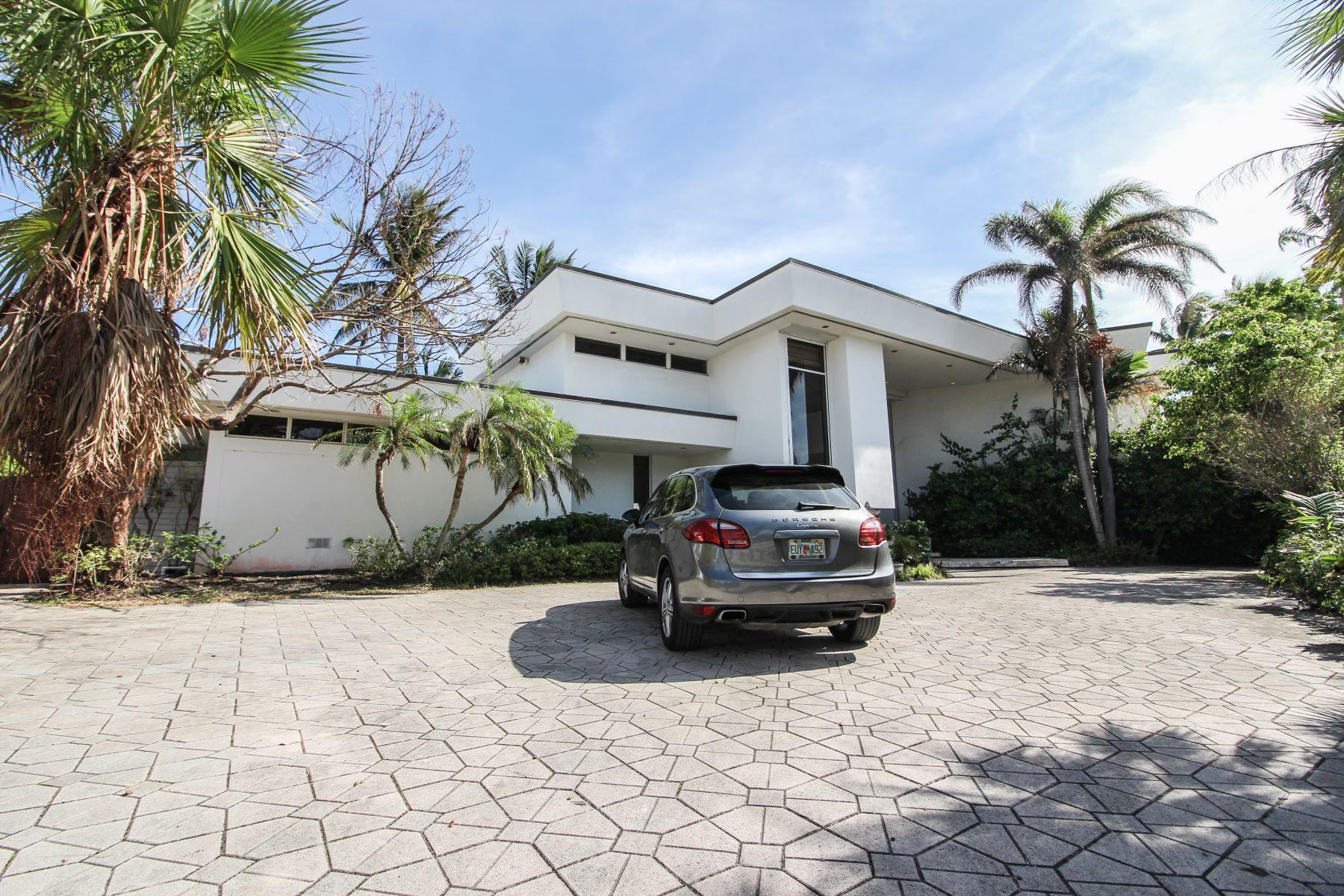 Maison unifamiliale pour l Vente à 1989 Ne 119 Rd North Miami, Florida, 33181 États-Unis