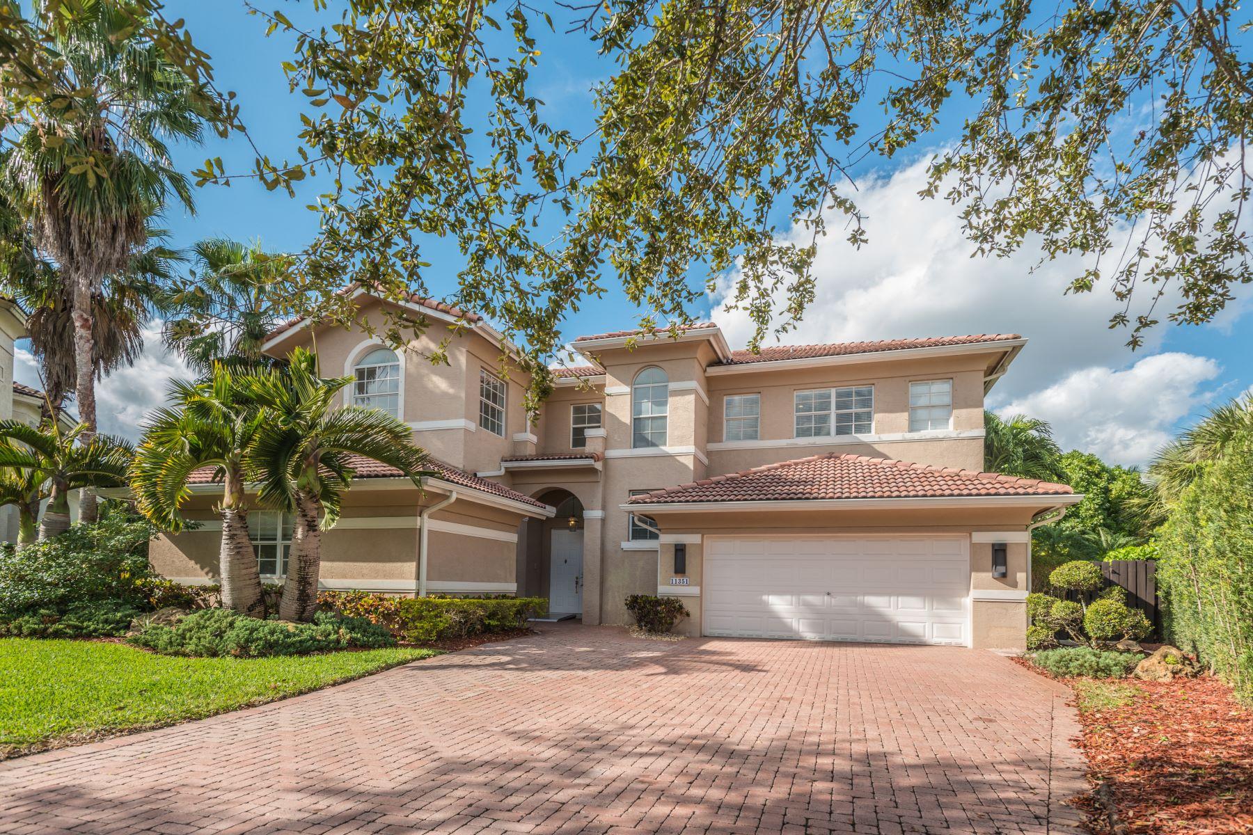 Maison unifamiliale pour l Vente à Mediterranean Beauty in Doral Isles 11351 Nw 71st St Doral, Florida, 33178 États-Unis