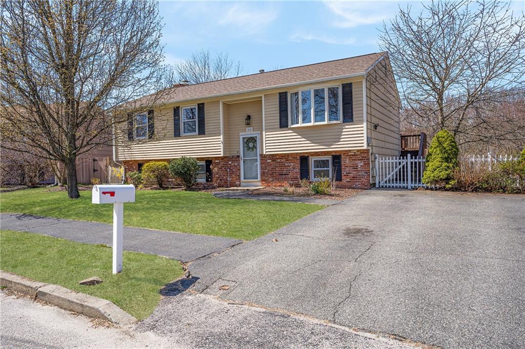 Single Family Homes 용 매매 에 64 Verdant Drive, Cranston, RI Cranston, 로드아일랜드 02920 미국