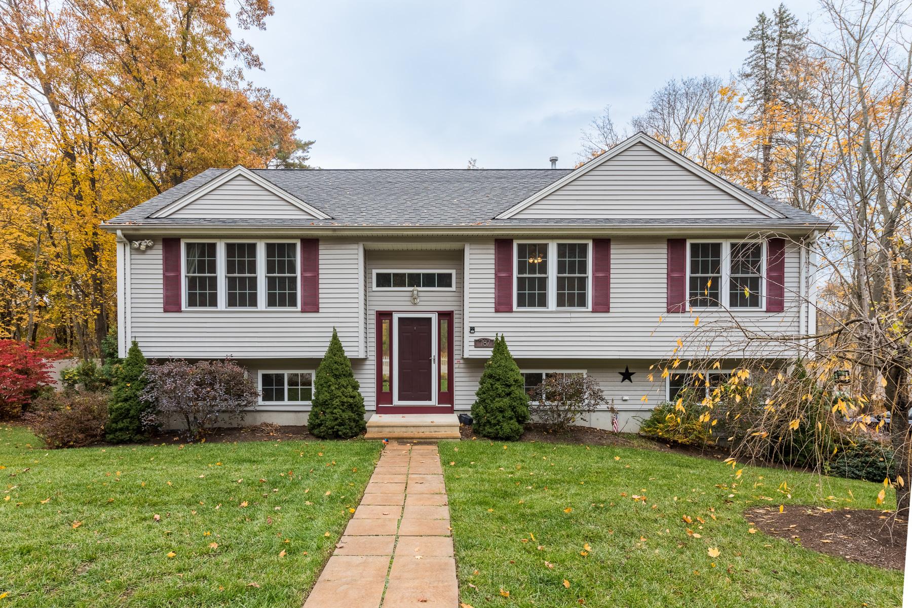 Maison unifamiliale pour l Vente à 787 Greenville Av, Johnston, RI Johnston, Rhode Island, 02919 États-Unis