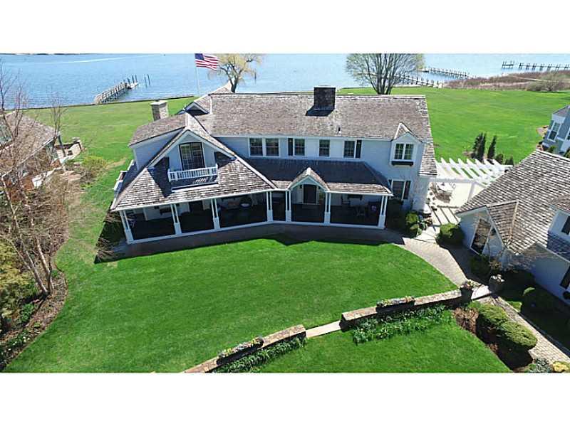 Maison unifamiliale pour l Vente à 140 Adams Point Rd, Barrington, RI Barrington, Rhode Island, 02806 États-Unis