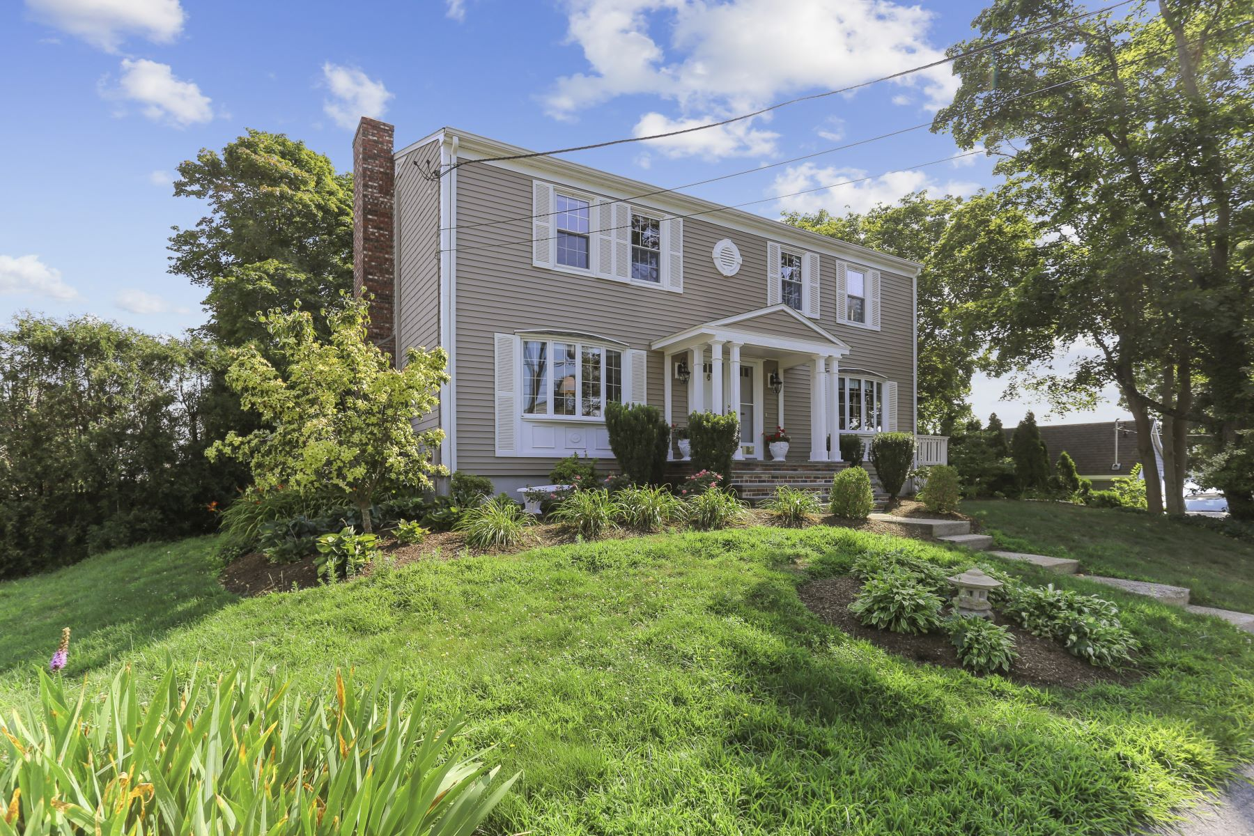 Single Family Homes pour l Vente à 58 Gay Street, Somerset, MA 58 Gay Street Somerset, Massachusetts 02726 États-Unis