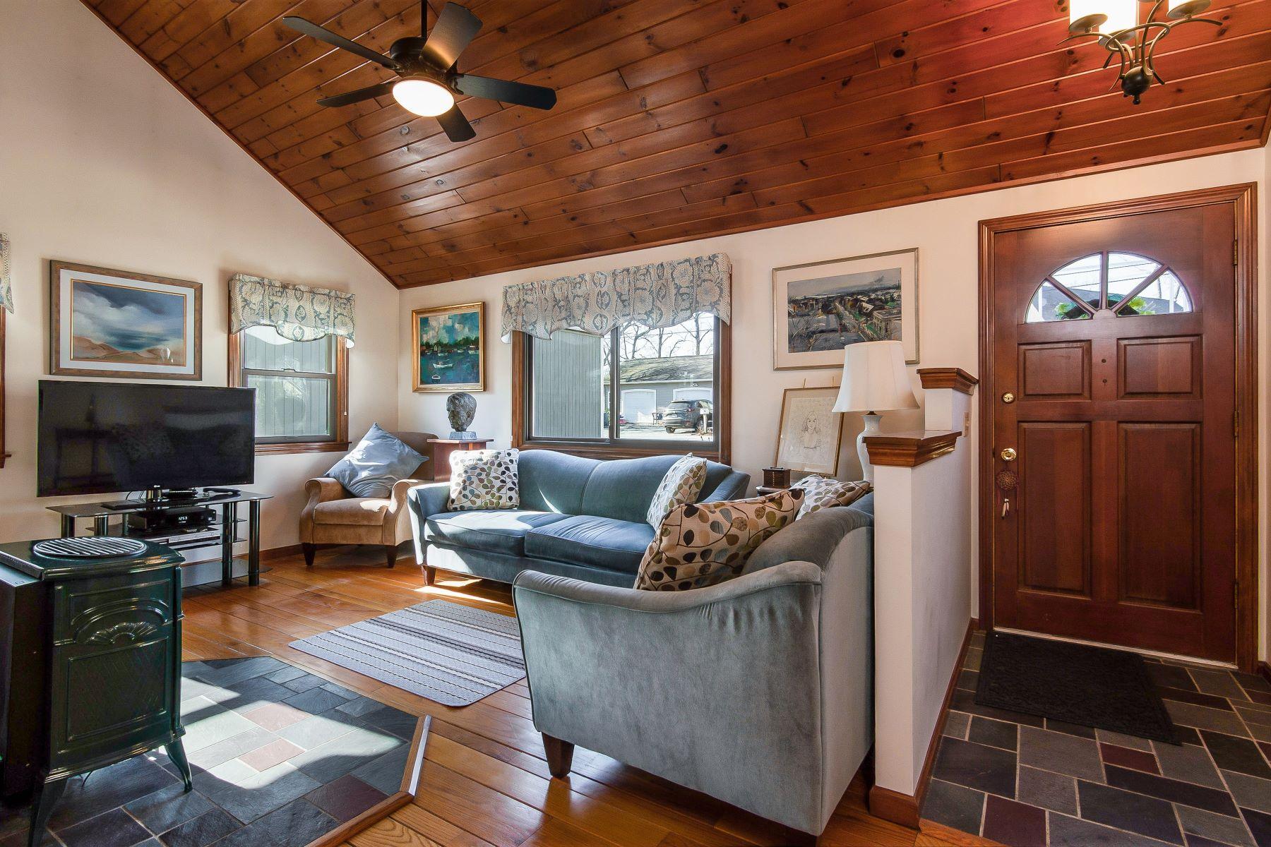 Eensgezinswoning voor Verkoop op 107 Clinton Dr, North Kingstown, RI North Kingstown, Rhode Island 02852 Verenigde Staten